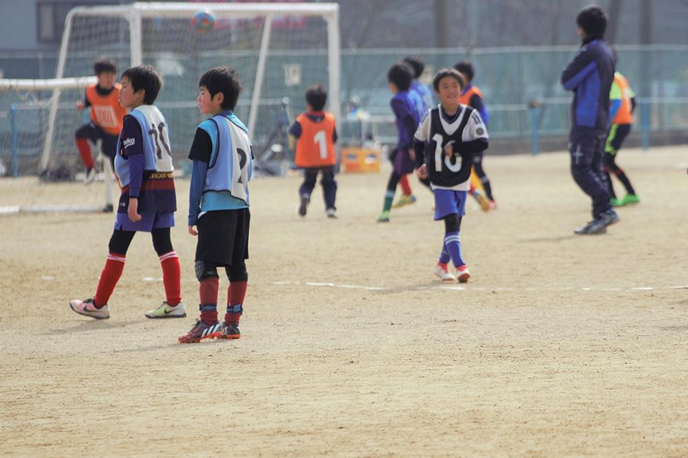 サッカーの練習に励む子どもたち
